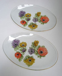 A PAIR OF 1960s ' CHANCE GLASS' SMALL OVAL DISHES WITH 'ANEMONE' PATTERN BY MICHAEL HARRIS