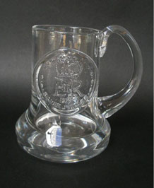 1977 DARTINGTON GLASS COMMEMORATIVE TANKARD (FT1) SILVER JUBILEE DESIGNED BY FRANK THROWER