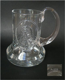 1974 DARTINGTON GLASS COMMEMORATIVE TANKARD (FT1)'CAXTON' DESIGNED BY FRANK THROWER